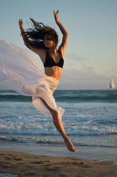 Aerobic Dance workout and a salad recipe with chicken strips. Have a healthy and active start to the new week Detoxification Diet, Nutrition Sportive, Move Your Body, Dance Photos, Aerobics, You Fitness, Weight Loss Program, Free Stock Photos, Workout Programs