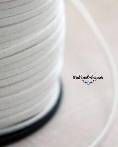 du cordon lacet suédine blanc, avec son aspect daim au toucher.
