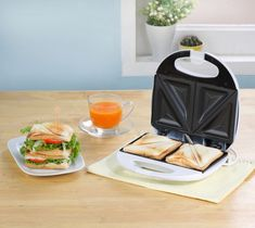 Nu il tine in dulap. Afla ce poti sa faci cu un sandwich maker in bucatarie - www. Sandwiches, Quick Easy Meals, Breakfast Recipes, Blog, Kitchen, Easy Recipes, Gourmet Sandwiches, Shopping, You Complete Me