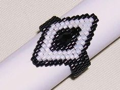 Peyote Ring by veronika-shop, Sehr Hübsche Ring wurde  -in Peyote-Stich gearbeitet,   -aus japanischen Delica in weiß und schwarz ...