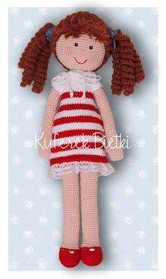 Lea - lalka wykonana na szydełku. Lalka ubrana jest w sukienkę, wykonaną  ręcznie na drutach i ozdobioną koronkowym kołnierzykiem, ...