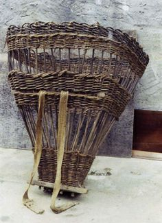 Gerla from Italy, a pack basket form which has Roman origins and was called a Cista Cibaria Willow Weaving, Basket Weaving, Primitive Technology, Basket Crafts, Arte Popular, Basket Bag, Weaving Art, Flower Basket, Hanging Baskets