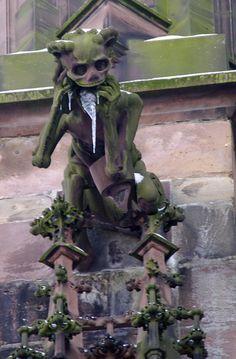 Wasserspeier am Freiburger Münster - Skelettierter Mensch