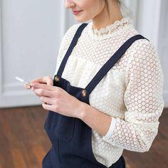 Une blouse en dentelle blanche col victorien pour féminiser une salopette >> http://ptilien.fr/4eJy