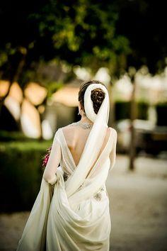Detalle del delicado escote a la espalda del vestido de novia de Lole #weddingdresses #bride #spain