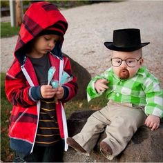 halloween breaking bad baby costumes for walter white and jesse pinkman - the blue rock candy is the best! This is wrong but SO funny Costume Breaking Bad, Breaking Bad Kostüm, Breaking Bad Halloween Costume, Childrens Halloween Costumes, Clever Halloween Costumes, Hallowen Costume, Halloween Kostüm, Baby Costumes, Costume Ideas