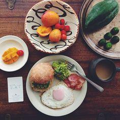 沖縄Ploughman's Lunch Bakery(プラウマンズランチベーカリー)のパンにアボカド+シークワーサー+レッドオニオン+バジルのサラダをはさんで朝ごはん。島豚ベーコンエッグ。  恩納村のミニマンゴーが絵も言われぬ美味しさ!  ほっぺたポトン!  沖縄からえっさほいさと届けてくれた愛すべき夫婦に感謝。 - @hrmt- #webstagram