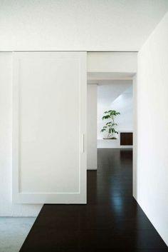 innentüren weiß schiebetüren stilvoll schwarzer bodenbelag