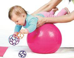 Na pretáčanie na bruško i na chrbátik potrebujú bábätká silné svaly. Tieto cviky im pomôžu.