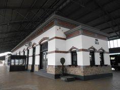 Bangunan Stasiun Kereta Api Ambarawa dahulu kala. Masih ada timbangan barang jaman dulu dan loket pembelian tiket kereta.
