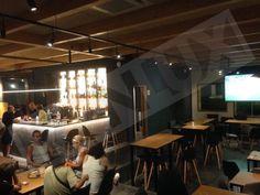 Interior restaurante con chapa minionda color negro dextar