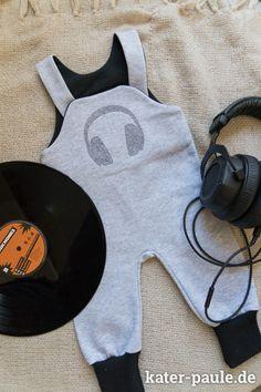 Strampelhose von Klimperklein   EEE Sticken   Headphones von Neonwild   Sweat   Grau   Turn the Music on   Kater Paule näht