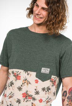 Camiseta Kaotiko de manga corta. Partida en dos, parte superior print 'Hawai', parte inferior y trasero en algodón color verde botella vigoré.