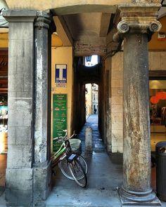 Due mondi... Con stili così diversi... Così lontani fra loro nel tempo... Ma... che vivono uno a fianco all'altro !!!  Capitelli dei loggiati di Borgo Stretto a Pisa.  #vivoarchitettura #Loves_United_Toscana #italiainunoscatto #_scattomattoitalia_ #toscana_amoremio #igerspisa #ig_pisa #igersitalia #vivotoscana #loves_toscana_ #vivoitalia #vivopisa #italian_trips #besttoscanapics #going_into_details #igerstoscana #perlestradedellatoscana #italian_places #toscana_super_pics #igfriends_toscana…