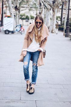 Buenos días preciosidades! Hoy vengo a enseñaros un look muy básico con colores muy neutros, como ya sabéis que me gusta, pero con un toque especial, los zapatos dorados. Ya sabéis que adoro los za…