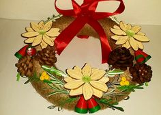 Coronita decorativa pentru usa realizata cu ornamente prin tehnica quilling Quilling, Christmas Wreaths, Crafty, Holiday Decor, Fall, Home Decor, Crown, Christmas Swags, Autumn