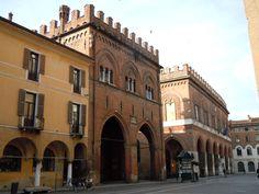 Piazza del Comune di Cremona: in primo piano la Loggia dei Militi, a destra il palazzo comunale