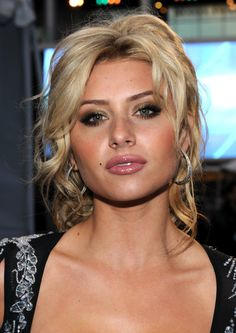 "Should You Try a Casual Prom Updo This Year?: Alyson Michalka of TV's ""Hellcats"" Low Bun Hairstyles, Roll Hairstyle, Headband Hairstyles, Pretty Hairstyles, Hair Updo, Curly Hair, Prom Updo, Casual Updo, Vintage Updo"