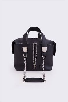 94c9aec364 Γυναικεία τσάντα χειρός μονόχρωμη. Κλείνει με φερμουάρ. Διαστάσεις  30 x 22  x 15 εκ. 100% faux δέρμα.