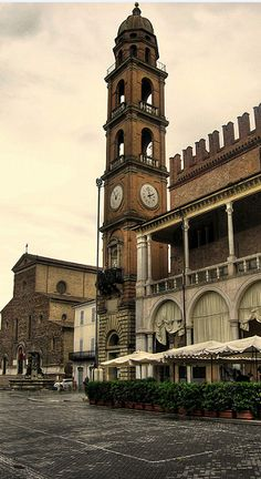 Piazza del popolo - Faenza, Emilia- Romagna... SACI field trips include Faenza, noted for its manufacture of majolica ware glazed earthenware pottery.  http://www.saci-florence.edu/17-category-study-at-saci/90-page-field-trips.php