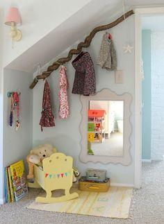 Dachschräge im Kinderzimmer als Garderobe nutzen.