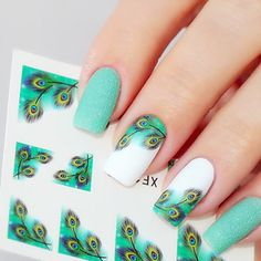 Falling in love with this gorgeous nail art inspired on peacock feathers! Do you also like it? Click to get the stickers to make it <3