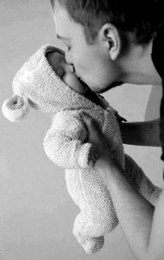 papa et bebe; my heart melts. Little Babies, Little Ones, Cute Babies, Men And Babies, Foto Newborn, Newborn Photos, Baby Newborn, Birth Photos, Baby Kind