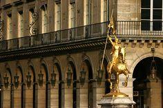 Places des Pyramides, Paris, France   La place perçée avec la rue de Rivoli en 1802 fut dédiée à la victoire des napoléoniennes d'Egypte en 1798. Une statue de Jeanne d'Arc sculptée en 1874 par Frémiet trône au milieu de cette place très fréquentées par les automobiles.