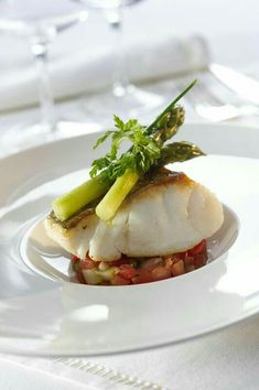 Bacalao with Asparagus I would do this with kid relish like tomatoes, avocado, and chard vinaigrette Fish Recipes, Seafood Recipes, Food Plating Techniques, Western Food, Star Food, Molecular Gastronomy, Creative Food, Food Design, Food Presentation