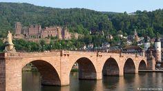 Das Foto zeigt am Samstag (02.05.2009) die Karl-Theodor-Brücke (Alte Brücke) mit dem Schloss und der Altstadt im Hintergrund in Heidelberg. Nach Sanierungsarbeiten, die seit 2001 andauern, wurde nun erstmals wieder die Brückenbeleuchtung der Alten Brücke in Betrieb genommen. Foto: Ronald Wittek dpa/lsw +++(c) dpa - Bildfunk+++