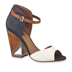 Sandália de couro com salto de acrílico.