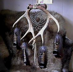 Antler dream catcher with turkey feathers Antler Crafts, Antler Art, Dreamcatchers, Dream Catcher Mobile, Native American Crafts, Medicine Wheel, Nativity Crafts, Cow Skull, Deer Antlers