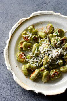 材料3つ♥香りまでたまらない♥やみつき そら豆【*超簡単 *フライパン *野菜のおつまみ】3分以内 レシピブログ Tapas Recipes, Sprouts, Vegetables, Sweet, Food, Candy, Veggie Food, Brussels Sprouts, Vegetable Recipes