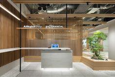 中国最大のEC企業「アリババ」の日本法人ヘッドオフィス Office Entrance, Office Reception, Reception Design, Entrance Design, Office Table, Luxury Office, Ceo Office, Office Memes, Office Workspace