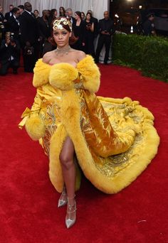Rihanna - WITH less than a week to go until the annual Met Ball, Vogue charts the red-carpet dresses and beauty to look out for - as well as the gossip that's likely to be gripping us the the Gala unfolds. Gala Gowns, Gala Dresses, Red Carpet Dresses, Nice Dresses, Moda Rihanna, Rihanna Mode, Rihanna Fenty, Celebrity Red Carpet, Celebrity Look