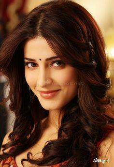 Sruthi Hassan in Ramaiya Vastavaiya Beauty Full Girl, Cute Beauty, Beauty Style, Fashion Beauty, Beautiful Girl Indian, Most Beautiful Indian Actress, Beautiful Bollywood Actress, Beautiful Actresses, Deepika Hairstyles