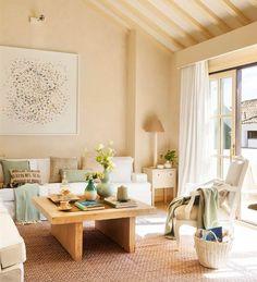 Salón con paredes en beige y sofás blancos