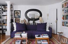 Стеллаж до потолка не загромождает пространство, т.к. вещи на нем в основном белые, в цвет стен. Визуально расширяем пространство.
