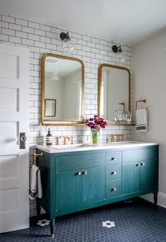 cuartos de baño modernos, ideas de baños vintage, dos espejos dorados, grande armario de madera pintado en color aguamarina, paredes con ladrillos