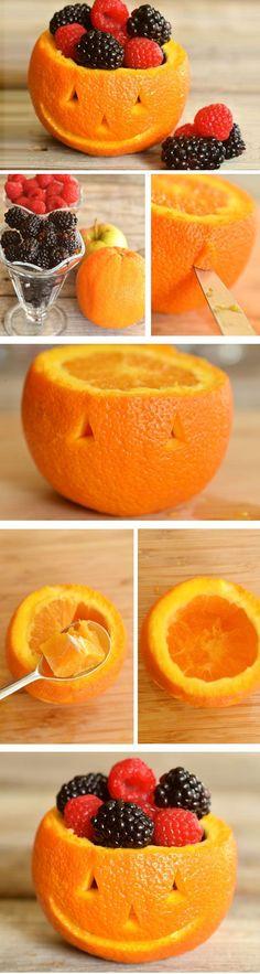 """Non solo zucche... anche un'arancia può trasformarsi in un'originale """"Jack-o'-lantern"""" piena di golosi frutti di bosco!"""