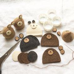 おはようございます。秋のイベントに向けてわたしの気持ちはとっても大忙しなのですが。まあだいたいそんな時は横道にそれるものです。秋冬用のオーナメントを作って... Felt Diy, Felt Crafts, Handmade Toys, Handmade Crafts, Felt Hair Accessories, Fabric Fish, Felt Animal Patterns, Anime Crafts, Felt Food