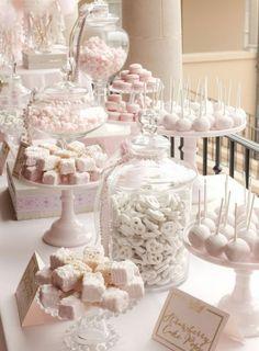 candy bar mariage deco e;egante en rose et blanc, petits gateaux, sucettes de gateau, macarons et dragées, boites décoratives, présentoir gateau, étiquette lettres dorées