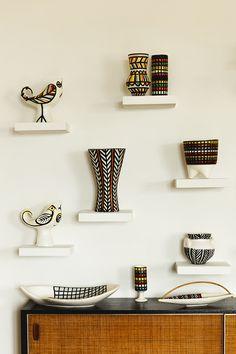La deco vintage d'un mas provencal Vases, vases-oiseaux, coupes… une partie de la collection de céramiques signées Roger Capron.