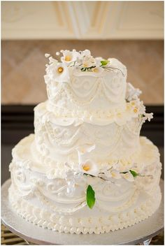 A beautiful intimate wedding at a family home with white and yellow details. Cheap Wedding Cakes, Extravagant Wedding Cakes, Wedding Cake Rustic, Amazing Wedding Cakes, Wedding Cake Designs, Wedding Cupcakes, Wedding Cake Toppers, Bella Wedding, Evening Dresses For Weddings
