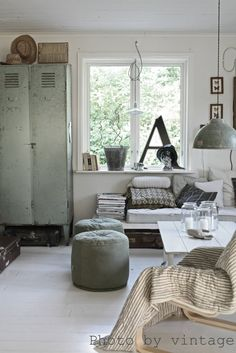 .Aaaannnndddd.... another shot of this same living room. I love the mixture of vintage industrial and modern, the soft and hard textures playing off each other, the warm wood contrasting with cold metial.