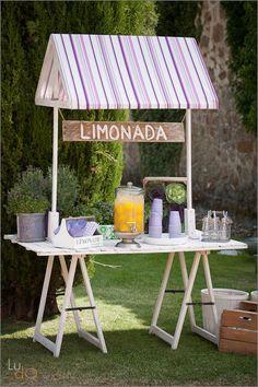 Puesto de limonada para recibir a los invitados antes de la ceremonia. Fresh lemonade stand before wedding ceremony.
