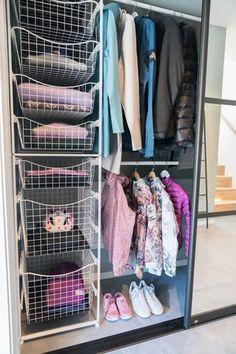 Praktisk heng og dype trådkurver gir smart oppbevaring... Girly, Bedroom, Closet, Home Decor, Clothing Organization, Cloakroom Basin, Women's, Homemade Home Decor, Girly Girl