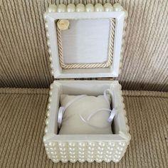 Caixa para porta alianca... #caixa #portaalianca #portajoia #casamento #pérolas #aliança #noiva #noivo #tecido #decoração #dama #batizado #lembrança