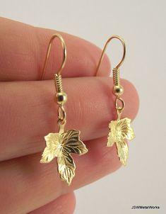 Hoja de oro pequeños pendientes aretes de oro por JSWMetalWorks, $21.00