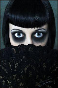 INSPIRATION - extreme Gothic eye makeup (Source : http://www.eyeshadowlipstick.com/1961/halloween-eyes/)